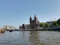 Met het bijbootje door de grachtjes van Amsterdam