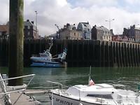 Één van de vele vissersboten die komt lossen