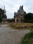 Tegenover Palais Benedictine