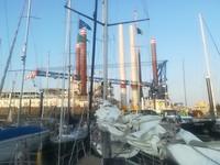 Oostende, er komt een platform met windmolens voorbij gevaren