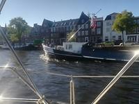 Binnenvaartschepen varen langs