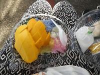 Gekleurde plakrijst met Mango als ontbijt