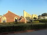 Het observatorium. Het grote ding op de achtergrond is onderdeel van een zonnewijzer