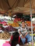 De lieve mevrouw op de markt met de twee gratis appels