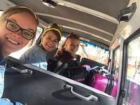 Bij Ernest in de bus, op weg naar de safaritruck!