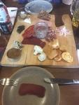 Een wildplankje. Op mijn bord een plakje bison