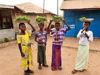 De meisjes verkopen bosjes munt op de vismarkt