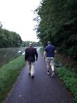 Korte broek en t-shirt vs lange broek en motorjas