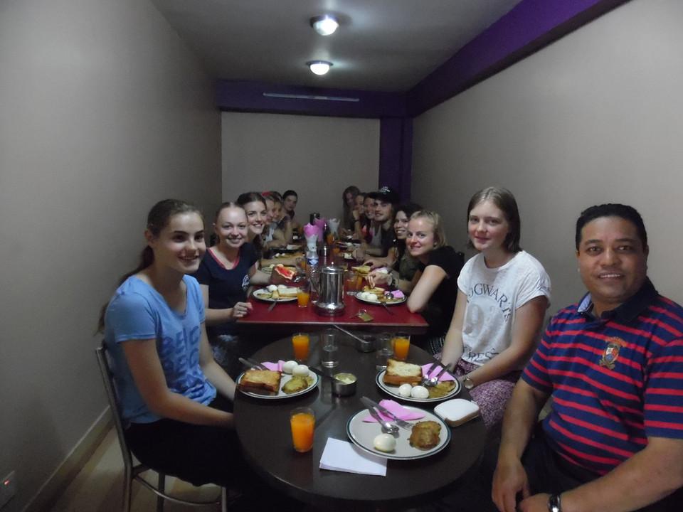 ons eerste ontbijt in Nepal