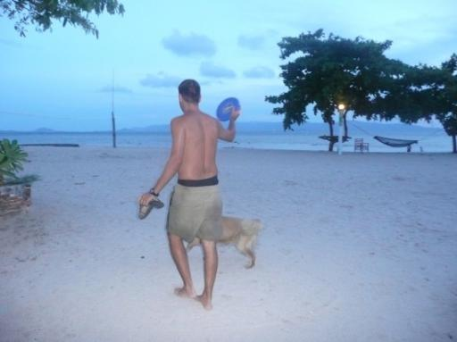 Laatste avond Chokana resort, met de frisbee hond.