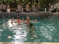 279 happy in het zwembad