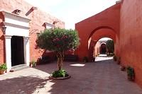 351 doorkijkje naar novicendeel van klooster Santa Catalina