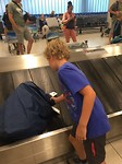469 Joep pakt als eerste zijn rugzak van de bagageband