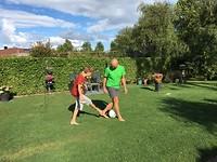 475 voetballen bij pake en beppe in de tuin
