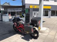 Weer een paar liter benzine toegevoegd aan de brommer, tja er gaat wat brandstof door heen