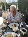 Aan het ontbijt buiten bij ons hotel in Dubai