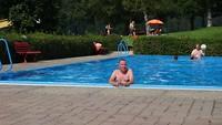 Afkoelen in het zwembad.