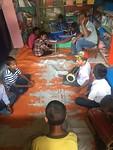 De muziekleraar bezig met muziekles