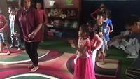 De dochter van Bina oefent een traditionele dans met de kinderen. Genieten!!