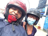 May bij Bharat achterop de scooter op weg naar een ander project van hem