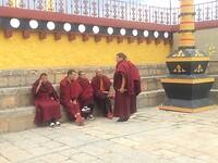 De monniken, even niet in gebed.