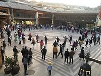 Elke avond op het plein in The Old Town, samen dansen.