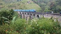 De trein die over de Nine Arch Bridge bij Ella rijdt