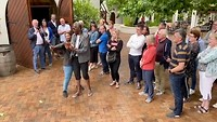 Fles openen met zwaard bij Wijnboerderij Simonsig bij Stellenbosch
