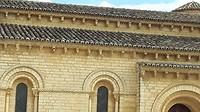 Alle dakranden versierd met honderden kopjes/hoofden van dieren en mensen