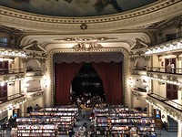 Boekwinkel in oud theater