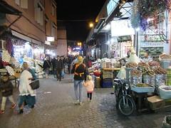 Hand in hand door de straten van Marrakech