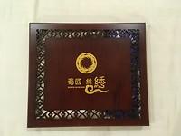 Bovenkant van de houten doos met zijden sjaal en das