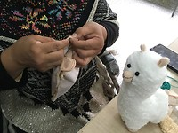 Vriendin van miss Li helpt/ leert lama's maken