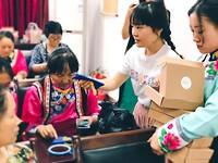 Hongxue met haar handwerkende dames