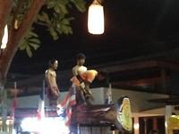 Thai boxers boven op een auto ... reclame voor een komende wedstrijd