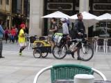we hebben al veel soorten peregrinos gezien, dit is de eerste met een hond in een fietskarretje