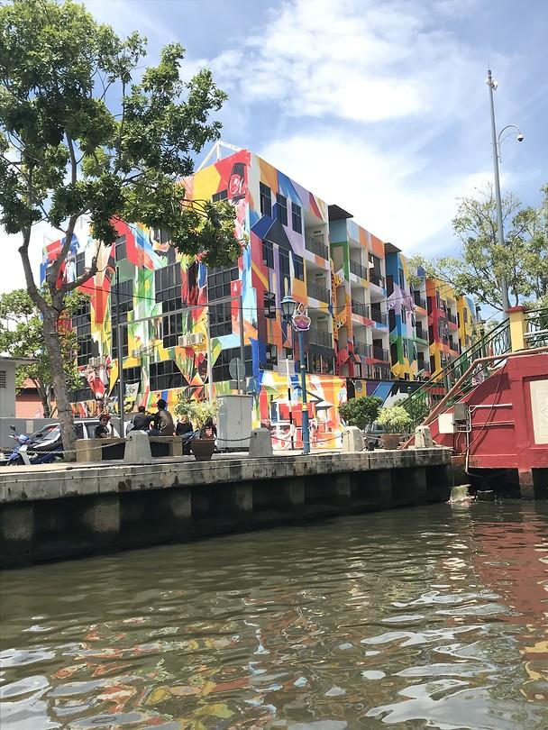 Kleurvol gebouw langs de rivier