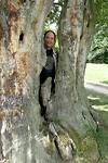 Guus met boom in 't Pückler park