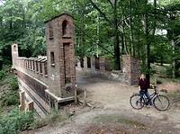 Joan bij brug in Pückler park