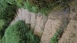 Nat glad trapje bij de waterval in Edessa