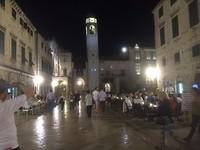 """gezellige terrasjes op de avondlijke """"stradum"""" in het oude centrum van Dubrovnik"""