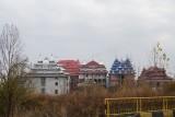 Versierde daken, onafgemaakte huizen