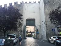 Door de poort de stad uit