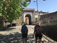 Door de poort de stad in