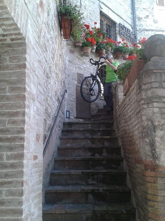 Fietsen van de kamer en gang van het hotel de smalle trap naar beneden slepen foto frank - Beneden trap ...