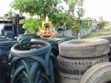 17) Oude banden worden nuttig gebruikt terwijl boeddha toekijkt