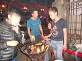32) Overal BBQen op straat