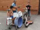 11) Een drumstel van oude verf emmers, komt een mooi geluid uit