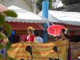 16) Een optocht met opgedofte Thaise vrouwen