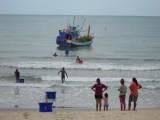 23) Vissers laden en lossen op een vreemde plek